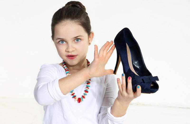 замечена на каблуках, при этом сама Кэти могла идти в сапогах или удобных сандалиях! Пока еще каблуки дочери не превышают высоту маминых, однако